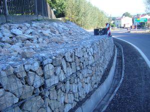 Mur oporowy z gabionów połączony z materacami gabionowymi