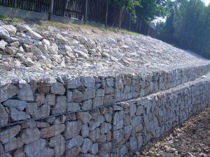 Połączenie gabionów z murami oporowymi.